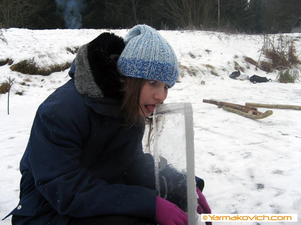 Язык примёрз ко льду. Не оторвать;)