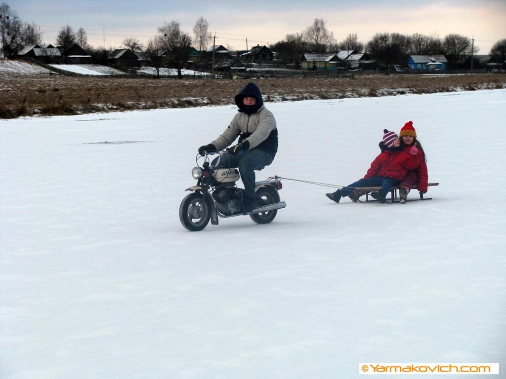 На мопеде в санках едем мы зимой:)