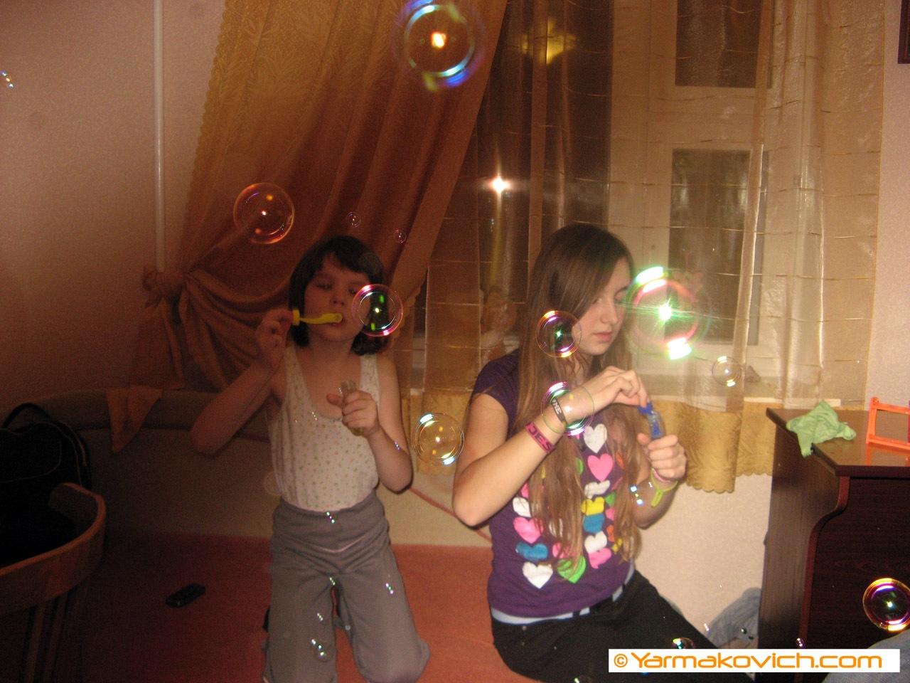 Мартина с Танькой сквозь мыльные пузыри