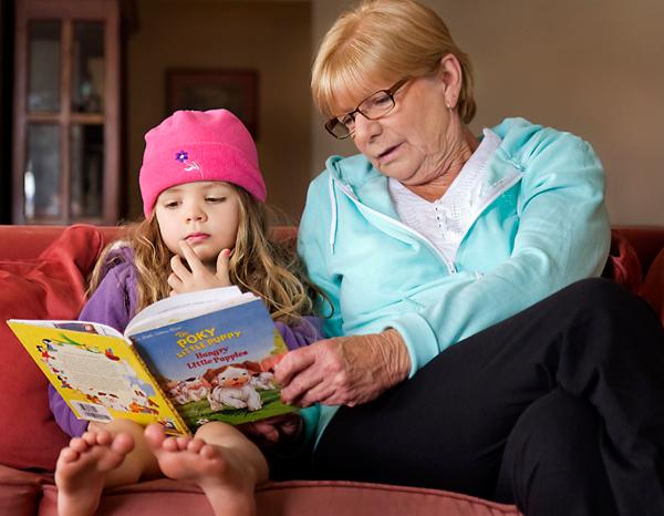 дедушка с бабушкой учат внучку