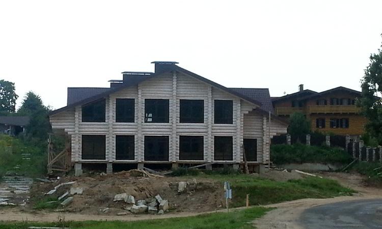 dom-s-bolshimi-oknami