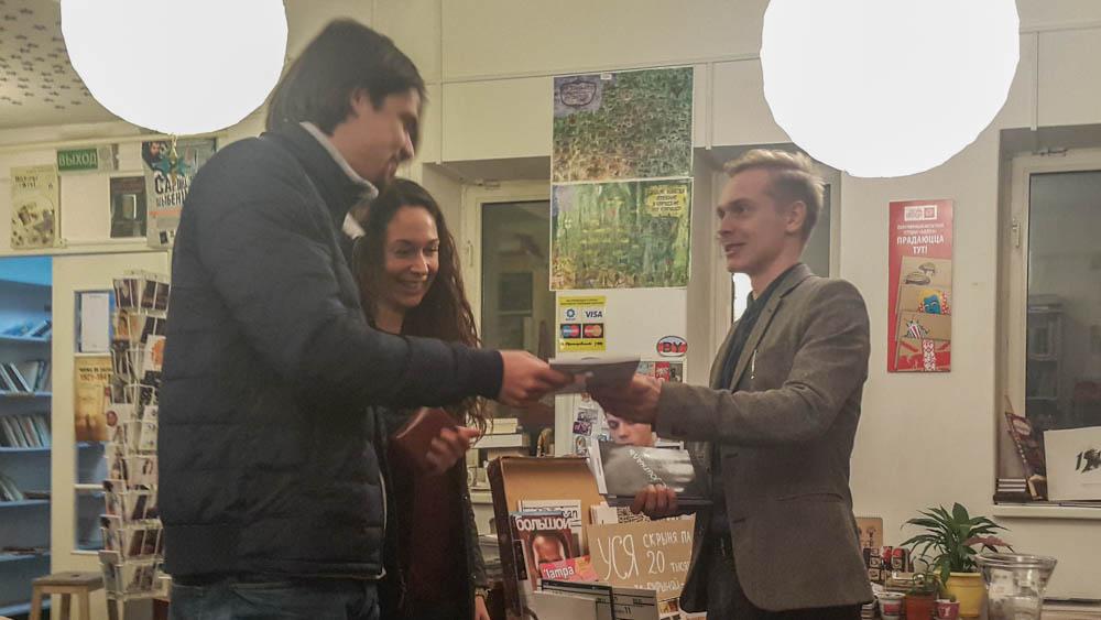 Мишель Ставский вручает книгу читателю