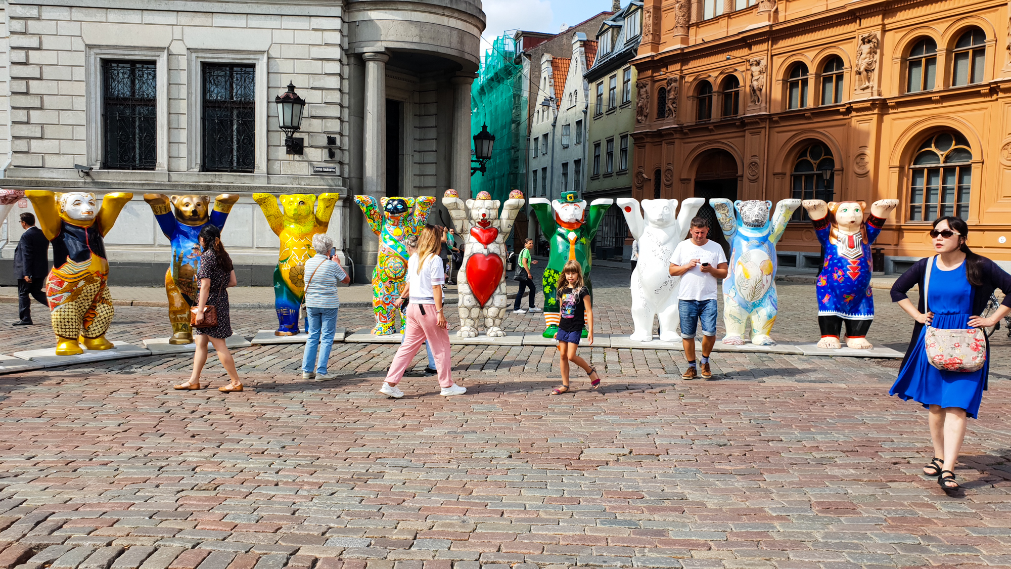 выставка раскрашенных медведей в Риге